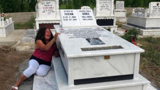 Moeder Ihsan Gürz bij graf van haar zoon Ihsan.