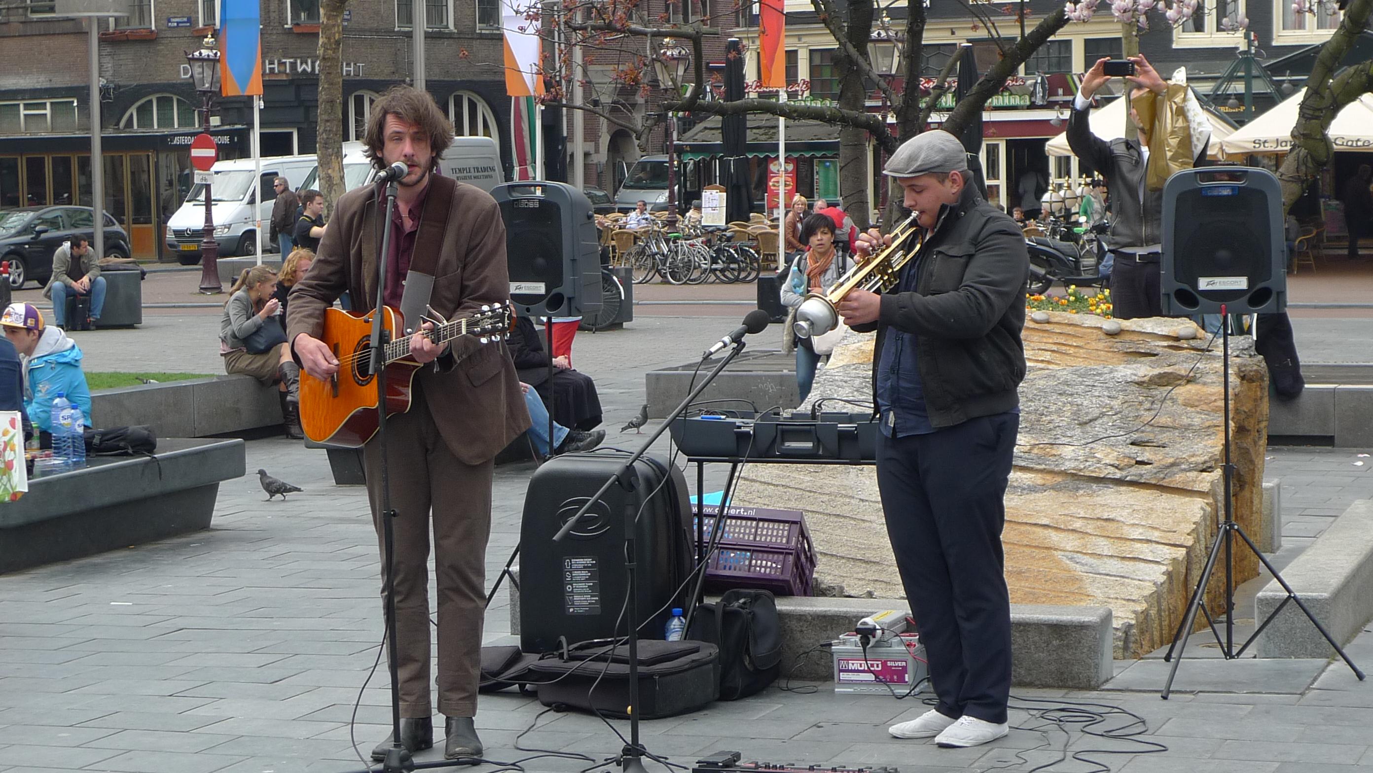Duo_straatmuzikanten_met_versterker_-_kopie